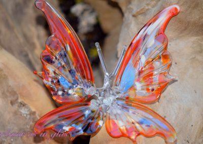 Unieke en met de hand getrokken glazen vlinder. De vlinder is geheel van glas, hoogte ongeveer 12 cm, breedte 15 cm. In het lijfje van de vlinder wordt crematie as met kristal heldere hars gelegd.Prijs van vlinder inclusief bewerking met crematie as is 129,95 euro. Mocht u vragen hebben, mail me gerust,info@dierbaarasinglas.nl