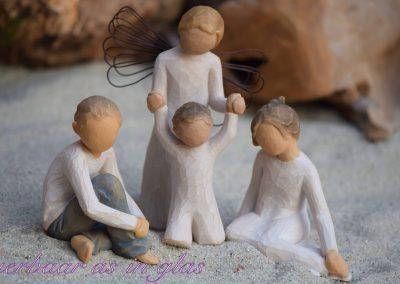 Impressiefoto van Willow tree beeldjes waar een handgemaakte kleine urn met crematie as of haartjes op verwerkt kan worden. De urn wordt op een zeer degelijke manier op het beeldje bevestigd en er zijn meerdere mogelijkheden in kleuren en grootte. Neem bij vragen gerust contact met me op via info@dierbaarasinglas.nl