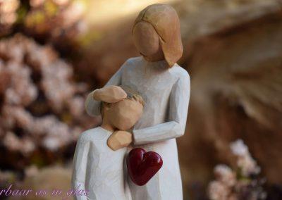 Impressiefoto van Willow tree beeldje mother and son met handgemaakte glaskunst waar crematie as in verwerkt kan worden. Er zijn meerdere mogelijkheden in kleuren en grootte. Neem bij vragen gerust contact met me op via info@dierbaarasinglas.nl