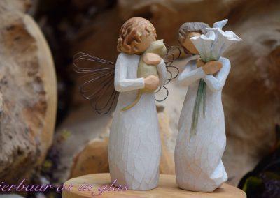 Impressiefoto van Willow tree beeldjes waar een handgemaakte kleine urn met crematie as of haartjes op verwerkt kan worden. De urn wordt dan op een zeer degelijke manier op het beeldje bevestigd en er zijn meerdere mogelijkheden in kleuren en grootte. Neem bij vragen gerust contact met me op via info@dierbaarasinglas.nl