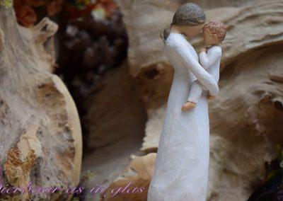 Impressiefoto van Willow tree beeldje waar een handgemaakte kleine urn met crematie as of haartjes op verwerkt kan worden. De urn wordt dan op een zeer degelijke manier op het beeldje bevestigd en er zijn meerdere mogelijkheden in kleuren en grootte. Neem bij vragen gerust contact met me op via info@dierbaarasinglas.nl