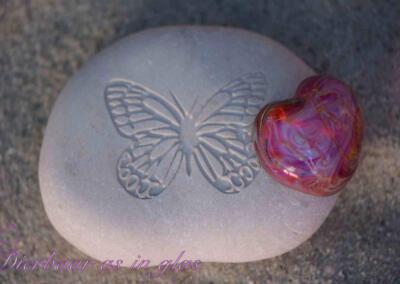 Gedenksteen waar crematie as hart van glas op gemonteerd is. De stenen variëren van 7 t/m 10 cm. Getoonde foto laat een set zien met een middel groot hart van zilverglas. Prijs zoals getoond, inclusief verwerking crematie as in glas is 94,95 euro