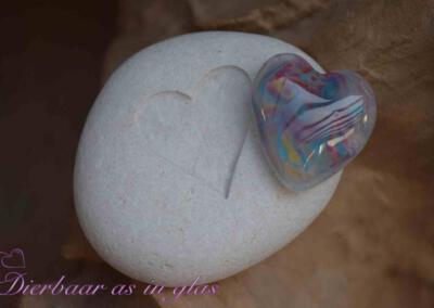 Gedenksteen waar crematie as hart van glas op gemonteerd is. De stenen variëren van 7 t/m 10 cm. Getoonde foto laat een set zien met een groot hart van glas. Prijs zoals getoond, inclusief verwerking crematie as in glas is 94,95 euro