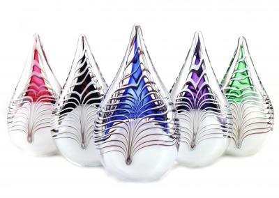 Urn grote druppel, in meerdere kleuren aanwezig, ook mogelijkheid met toevoeging van vlinder of libelle, 23 cm hoog, 200ml inhoud, 217 euro