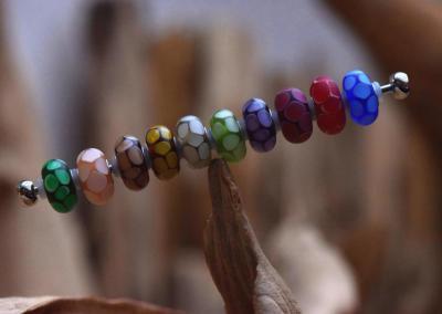 ge'etste crematie as kralen van glas in vele kleuren,maten en motieven, prijs vanaf 59,95 euro.