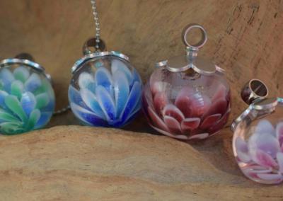 crematie- as verwerkt in handgemaakte bloemhangers. Het crematie as is in de kern van de bloemblaadjes geplaatst. Prijs bloemhanger inclusief bewerking crematie as is 119,95 euro