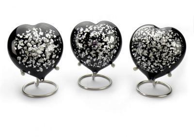 urn heart, black/silver, inhoud 180ml, 13 cm hoog, Prijs 110,00 euro