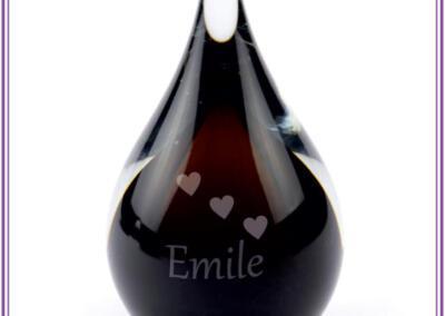 Mini urn , deelbestemming crematie-as, 50ml, gezandstraald met naam en symbool 89,95euro. Online beschikbaar op Bol.com via : Urnen met naam en symboo