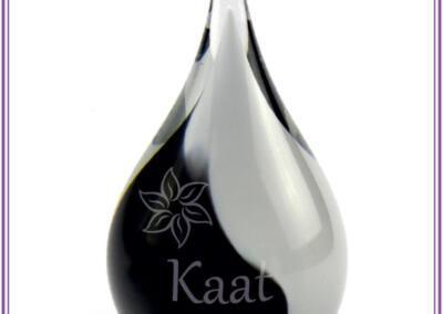 Mini urn , deelbestemming crematie-as, 50ml, gezandstraald met naam en symbool 89,95euro. Online beschikbaar op Bol.com via : Urnen met naam en symbool