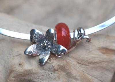bloemsieraad  van 925 zilver met transparant rood/oranje crematie as glasbedel aan spang