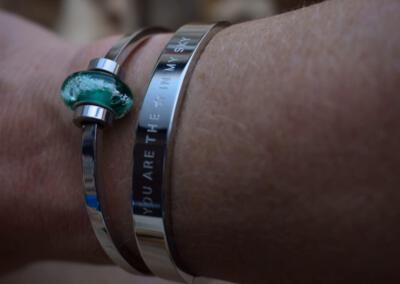 crematie-as glasbedel met zirkonia's op rvs armband  en rvs quote armband