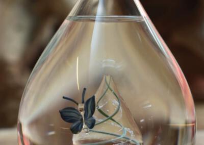 Urn waarbij het crematie-as vast in de urn is geblazen. Persoonlijke wensen zijn ook bespreekbaar, Urn vlinder op kleurrijke belijning waarin ook crematie-as is geblazen.Prijs 275 euro.Deze urnen zijn niet online verkrijgbaar, maar u bent van harte welkom in onze showroom om een indruk te krijgen van deze unieke glaskunst!