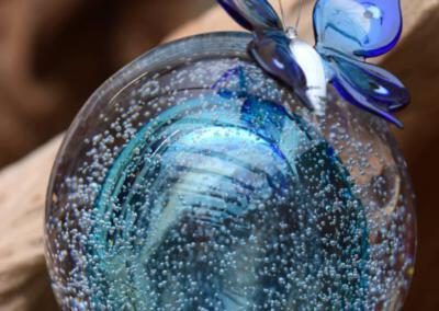 crematie as in glas urn met vlinder van glas j